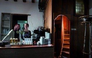 Kasteel Radboud Kasteel Cafe Emma en Madeleine achter de bar