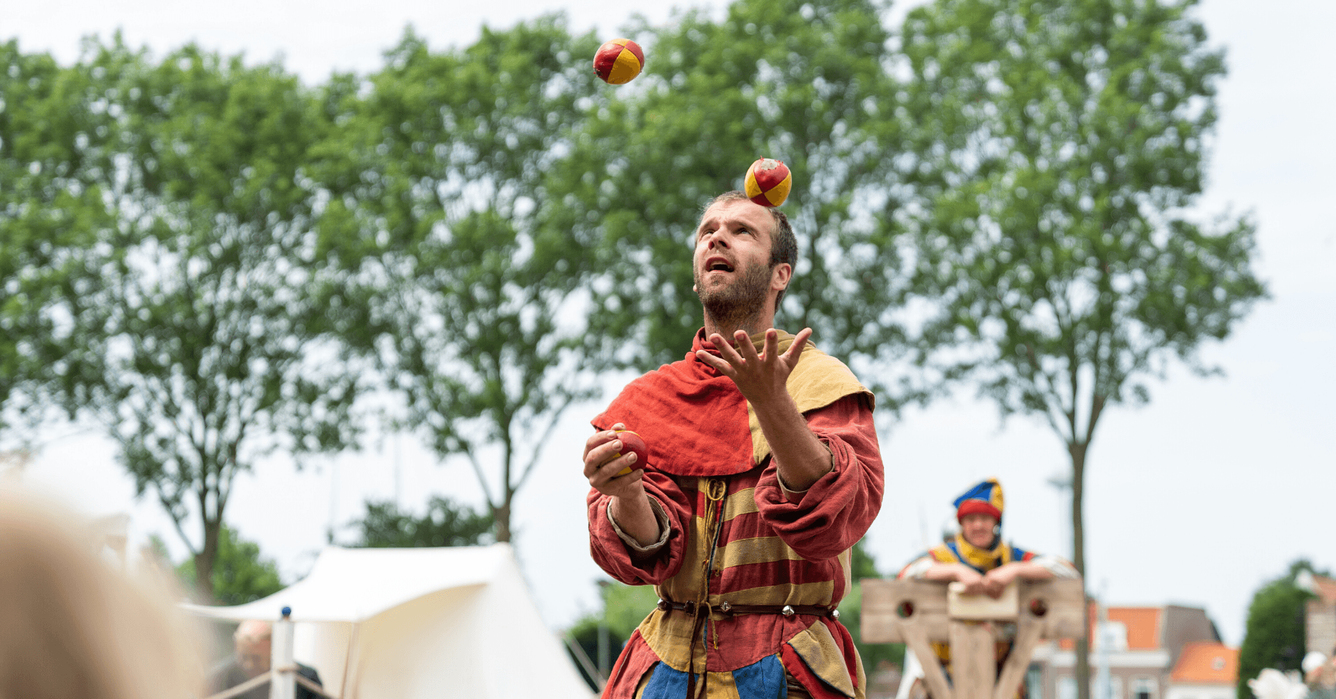 Radboud Castle-Juggling in the castle square by Magisch Verhaal-Photo credits Pascal van As