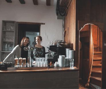Kasteel Radboud beheerders achter de bar foto Duco de Vries